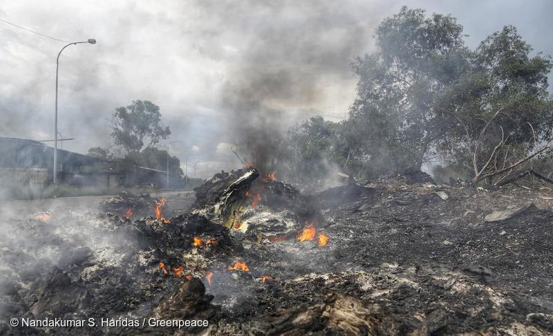 GHID | Ce puteți face când vedeți deșeuri care ard?